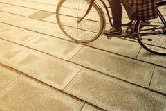 Bicicleta femenina irreconocible del montar a caballo de la persona del inconformista en stre de la ciudad Fotos de archivo libres de regalías