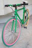 Bicicleta fija verde del engranaje en el edificio Fotos de archivo libres de regalías