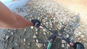 A bicicleta gorda igualmente chamou a bicicleta do fatbike ou do gordo-pneu na condução do verão vídeos de arquivo