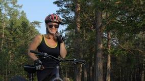 A bicicleta gorda igualmente chamou a bicicleta do fatbike ou do gordo-pneu na equitação do verão na floresta filme