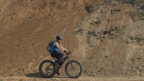 A bicicleta gorda igualmente chamou a bicicleta do fatbike ou do gordo-pneu no verão que conduz na estrada vídeos de arquivo