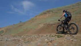 A bicicleta gorda igualmente chamou a bicicleta do fatbike ou do gordo-pneu no verão que conduz na estrada filme