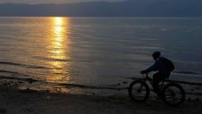 A bicicleta gorda igualmente chamou a bicicleta do fatbike ou do gordo-pneu no verão que conduz na praia filme