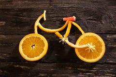 Bicicleta hecha detalladamente de las frutas frescas llenas de vitaminas - sanas Fotos de archivo