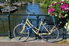 Bicicleta hermosa de Amsterdam en el puente Imágenes de archivo libres de regalías