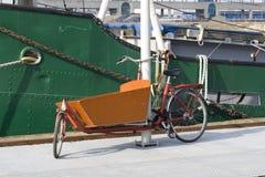 Bicicleta holandesa típica del portador Imágenes de archivo libres de regalías