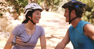 Bicicleta joven sonriente del montar a caballo de los pares metrajes