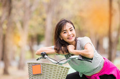 Bicicleta madura del paseo de la mujer en campo imágenes de archivo libres de regalías