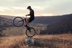 Bicicleta masculina del montar a caballo Fotos de archivo libres de regalías