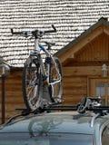 Bicicleta montada no telhado de um carro imagens de stock royalty free