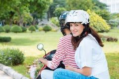 Bicicleta motorizada de montada Fotos de Stock Royalty Free