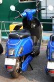 Bicicleta motorizada do 'trotinette' estacionada pelo porto Foto de Stock Royalty Free
