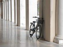 Bicicleta na arcada Imagens de Stock