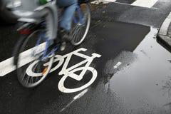 Bicicleta na chuva fotografia de stock royalty free