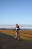 Bicicleta na estrada   Fotos de Stock