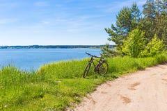 Bicicleta na estrada do rio Imagens de Stock Royalty Free