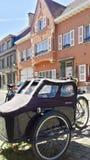 Bicicleta na frente de uma casa velha da parte velha do Bruxelas foto de stock royalty free