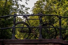 Bicicleta na ponte em Amsterdão Fotos de Stock Royalty Free