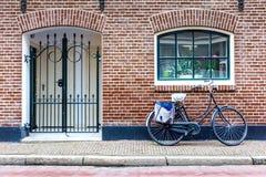 Bicicleta na porta da rua foto de stock royalty free