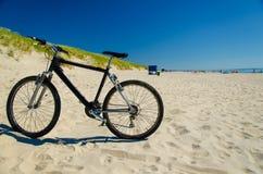 Bicicleta na praia amarela arenosa, cuspe de Curonian, mar Báltico, Lithua foto de stock