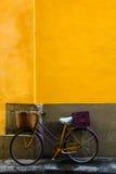 Bicicleta na rua italiana fotografia de stock royalty free