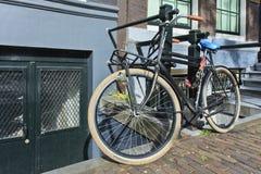 Bicicleta negra del vintage en Amsterdam. Imágenes de archivo libres de regalías
