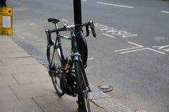 Bicicleta negra en la calle de la ciudad de Londres imagenes de archivo