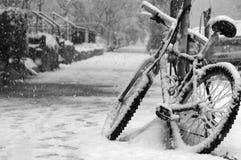 Bicicleta, nevada adentro Imágenes de archivo libres de regalías