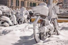 Bicicleta Nevado cerca de la estación de tren del Vaticano Fotografía de archivo