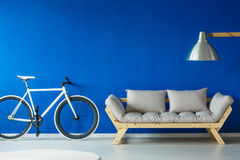 Bicicleta no interior scnadinavian do estilo foto de stock