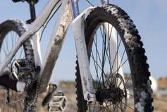 Bicicleta no inverno sobre o céu azul foto de stock royalty free