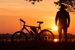 Bicicleta no por do sol Fotografia de Stock Royalty Free