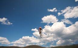 Bicicleta no vôo imagem de stock