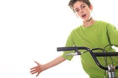 A bicicleta nova da equitação do menino com distribui Fotografia de Stock Royalty Free
