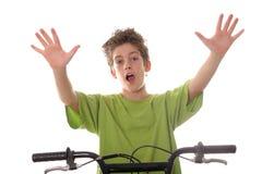 Bicicleta nova da equitação do menino com mãos acima Fotografia de Stock