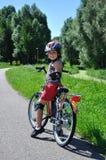 Bicicleta nova da movimentação do menino Fotos de Stock