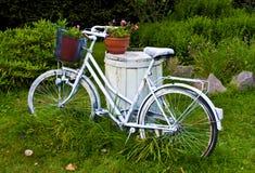 Bicicleta o bici blanca como decoración del jardín Fotografía de archivo