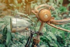 Bicicleta oxidada antiga estacionada para a decoração foto de stock