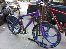 Bicicleta púrpura en un estante de la bici, NYC, NY, los E.E.U.U. Fotos de archivo