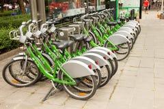 Bicicleta para el alquiler en la acera fotos de archivo libres de regalías