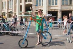 Bicicleta para las muchachas para que todos vean Foto de archivo