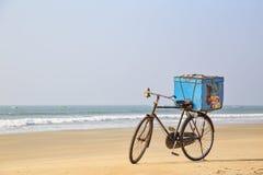 A bicicleta para a venda do gelado na praia Imagem de Stock