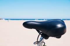 Bicicleta parqueada al lado del océano Imagenes de archivo