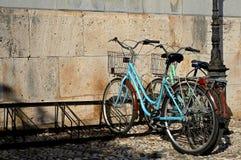 Bicicleta parqueada en calle estrecha en la ciudad vieja de Kos Foto de archivo libre de regalías
