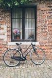 Bicicleta parqueada en una casa Fotografía de archivo