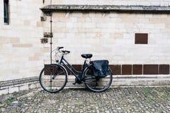 Bicicleta parqueada en una casa Fotos de archivo libres de regalías
