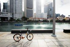 Bicicleta pela baía na cidade Fotos de Stock Royalty Free