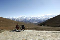 Bicicleta pela escala de montanha de himalaya Imagem de Stock