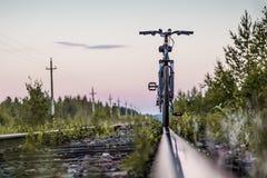 Bicicleta pelas estradas de ferro do trem Imagem de Stock