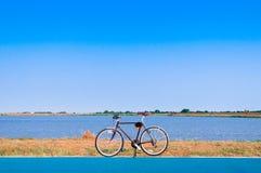Bicicleta pelo lago foto de stock